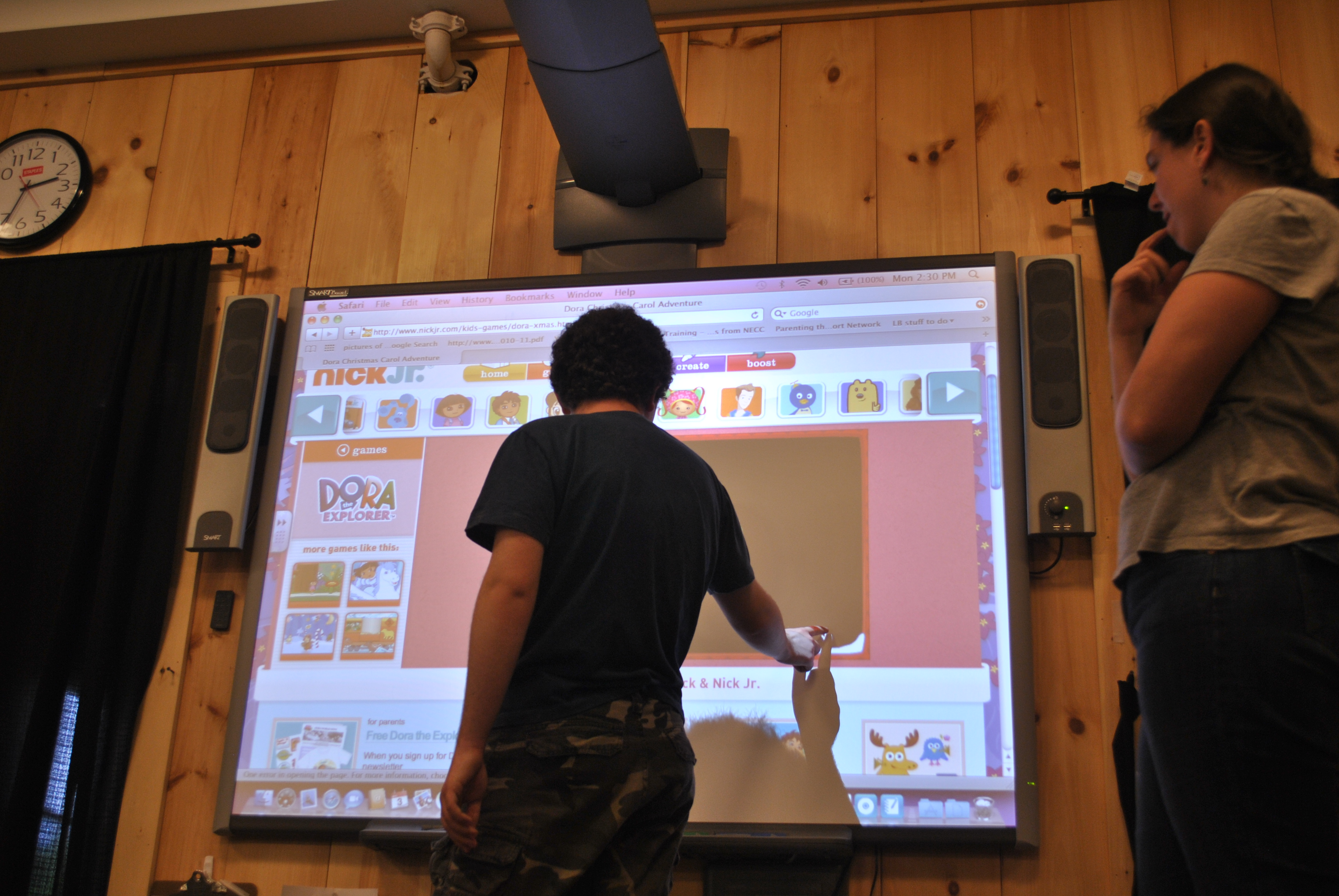 interactive-smart-board-technology-entices-students-to-engage-in-lessons